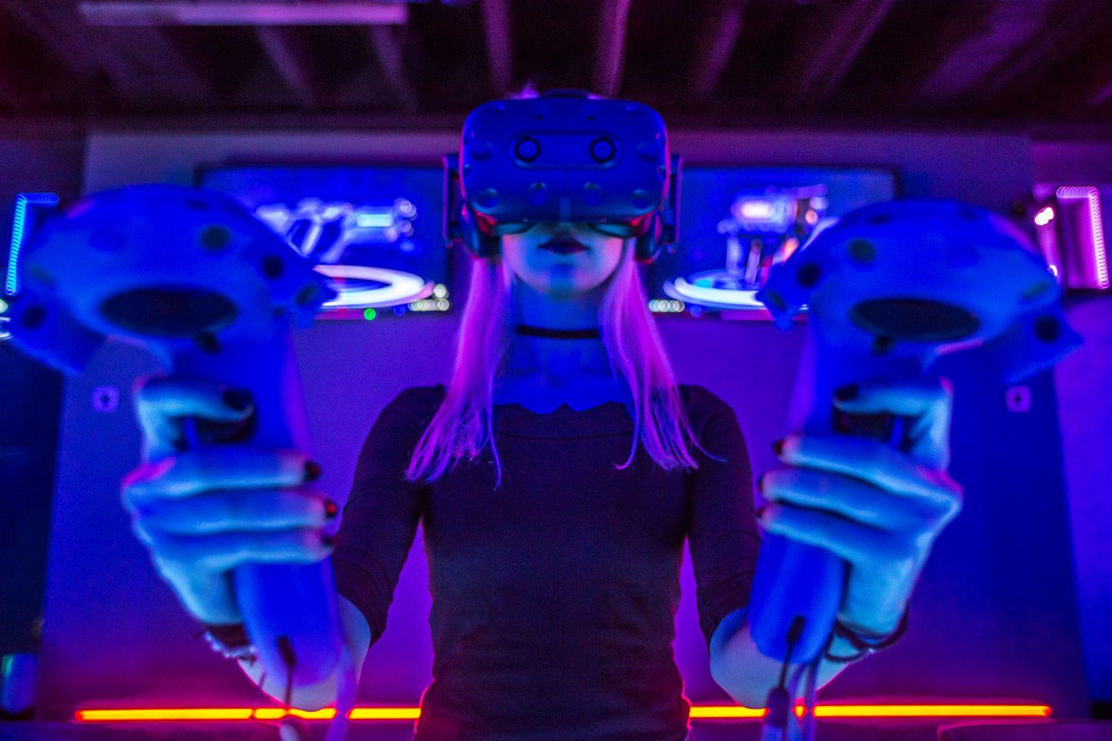 VR-girl-Virtual-Reality